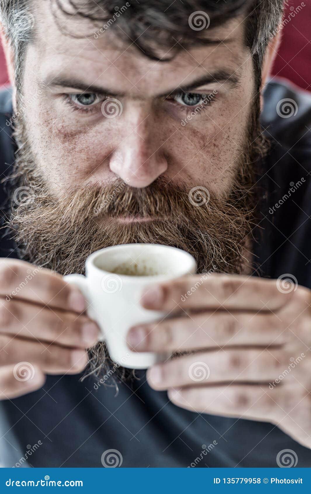 Kerel het ontspannen met espresso Mens die een koffiepauze neemt E Cafeïneherladen Mens die met