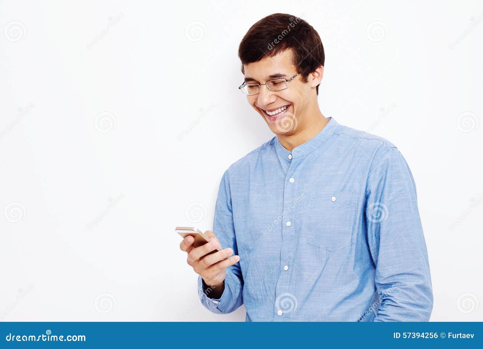 Kerel het texting op mobiele telefoon