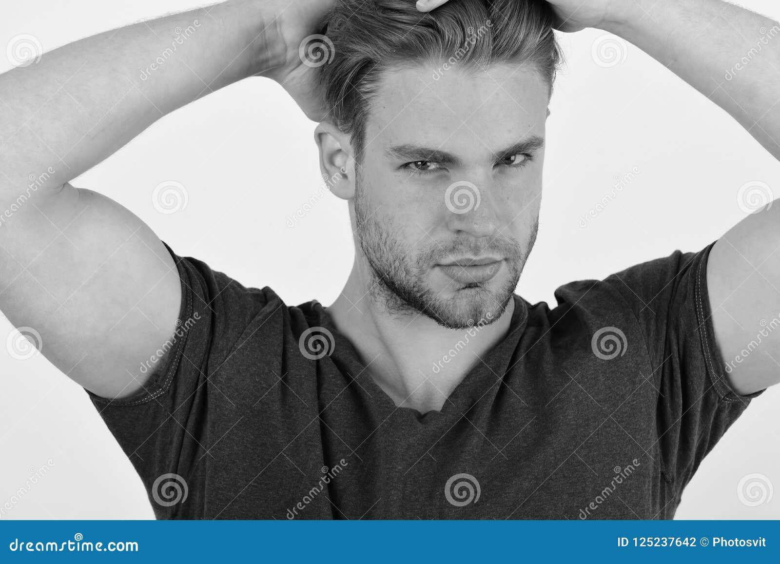 Kerel met varkenshaar in blauwe t-shirt Mens met eerlijk haar