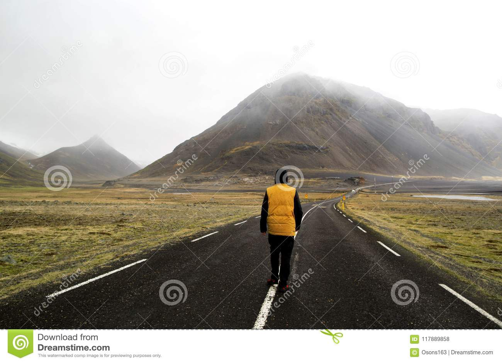 Kereltoerist die freelancer onderaan de weg in de vallei van Th lopen