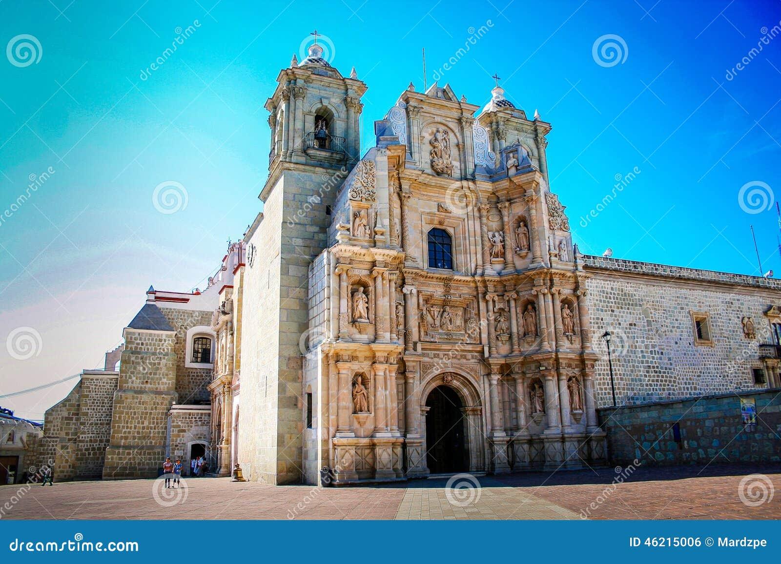 Kerk in de stad van Oaxaca, de blauwe hemel van Mexico