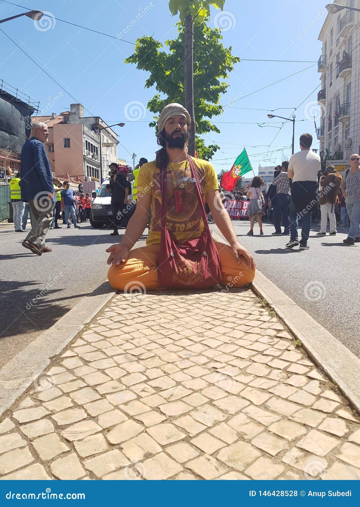Kerl, der für Wellness der Arbeitskräfte am Arbeitskrafttag in avenida almirante reis betet