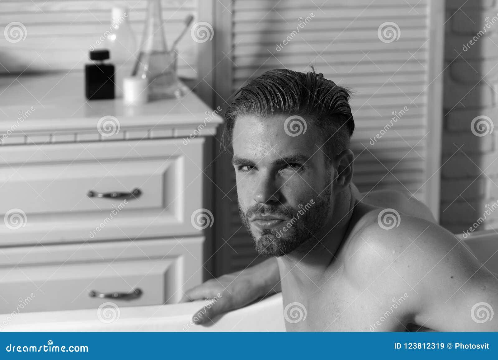 Kerl Im Badezimmer Mit Toilettenartikeln Auf Hintergrund Stockbild