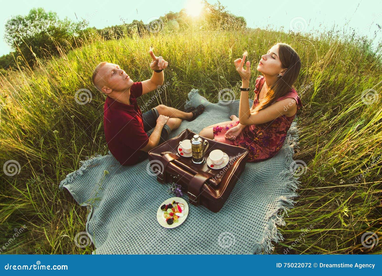 Kerl mit einem Mädchen im Sommer auf dem Gras