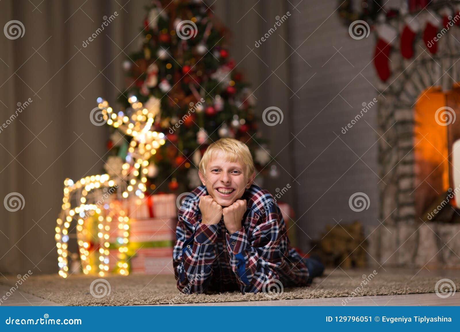 Kerl nahe Weihnachtsbaum