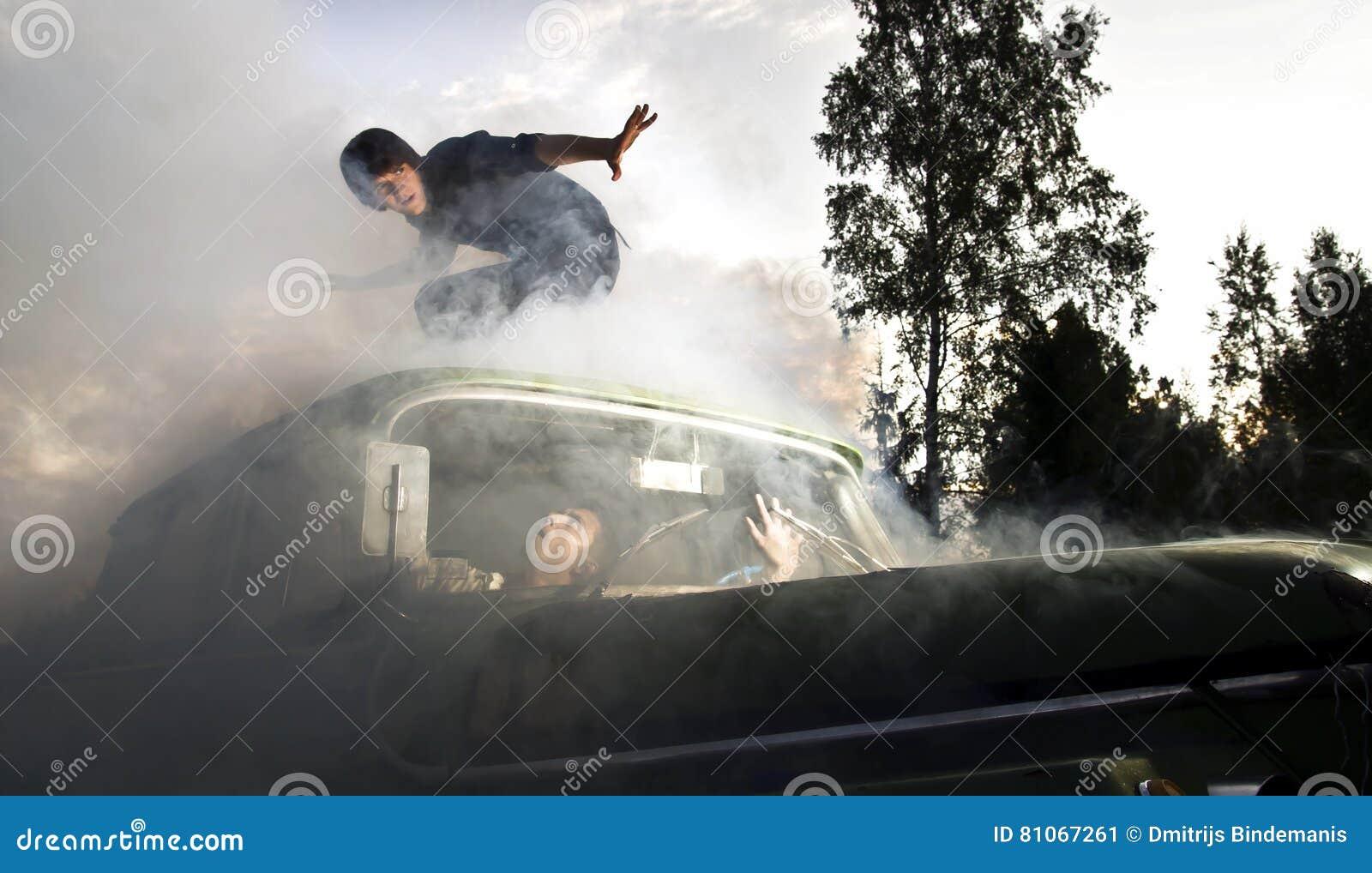 Kerle im Auto voll des Rauches