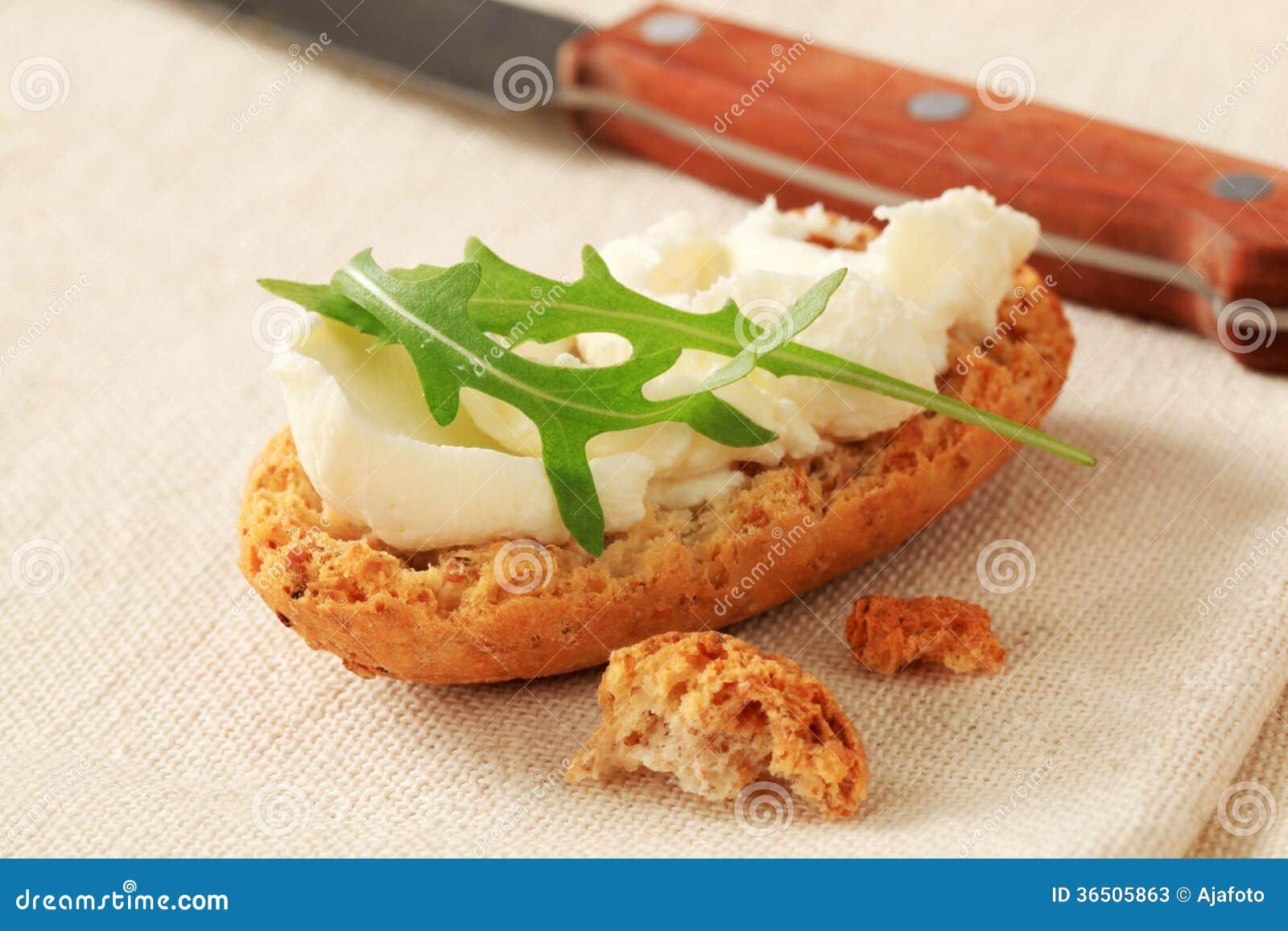 Kernachtig broodje met uitgespreide kaas