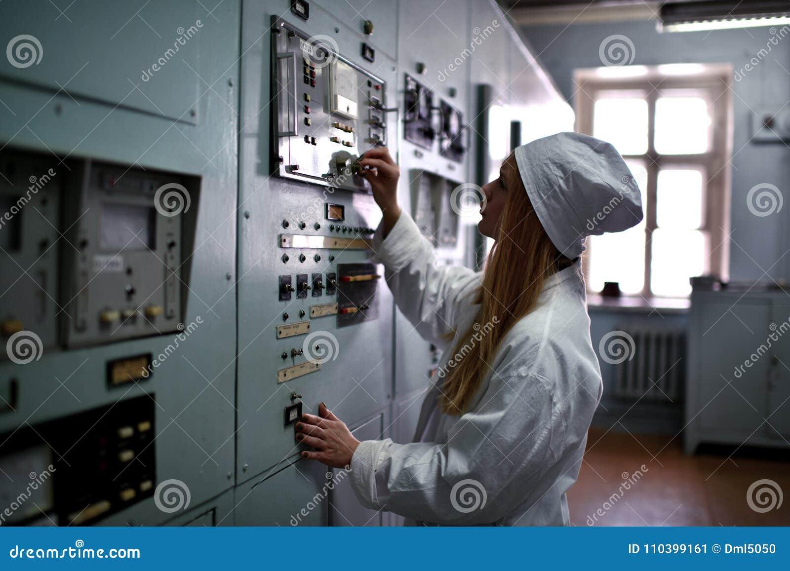 Kerncentraleingenieur die bij thermische elektrische centrale werken
