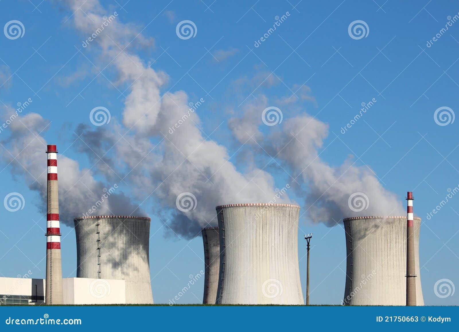 Kernkraftwerk mit vier coolin Kontrolltürmen