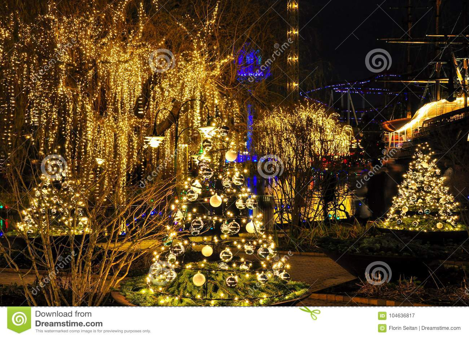 Download Kerstbomen En Lichten In Kopenhagen, Denemarken Stock Afbeelding - Afbeelding bestaande uit feestelijk, vakantie: 104636817