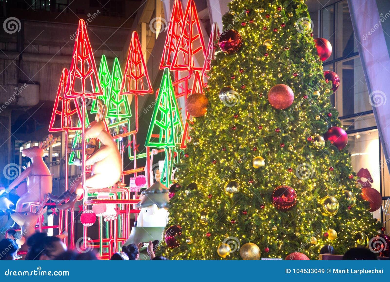Download Kerstbomendecoratie Bij Kerstmis En Nieuwjaarviering Redactionele Stock Afbeelding - Afbeelding bestaande uit azië, decoratie: 104633049