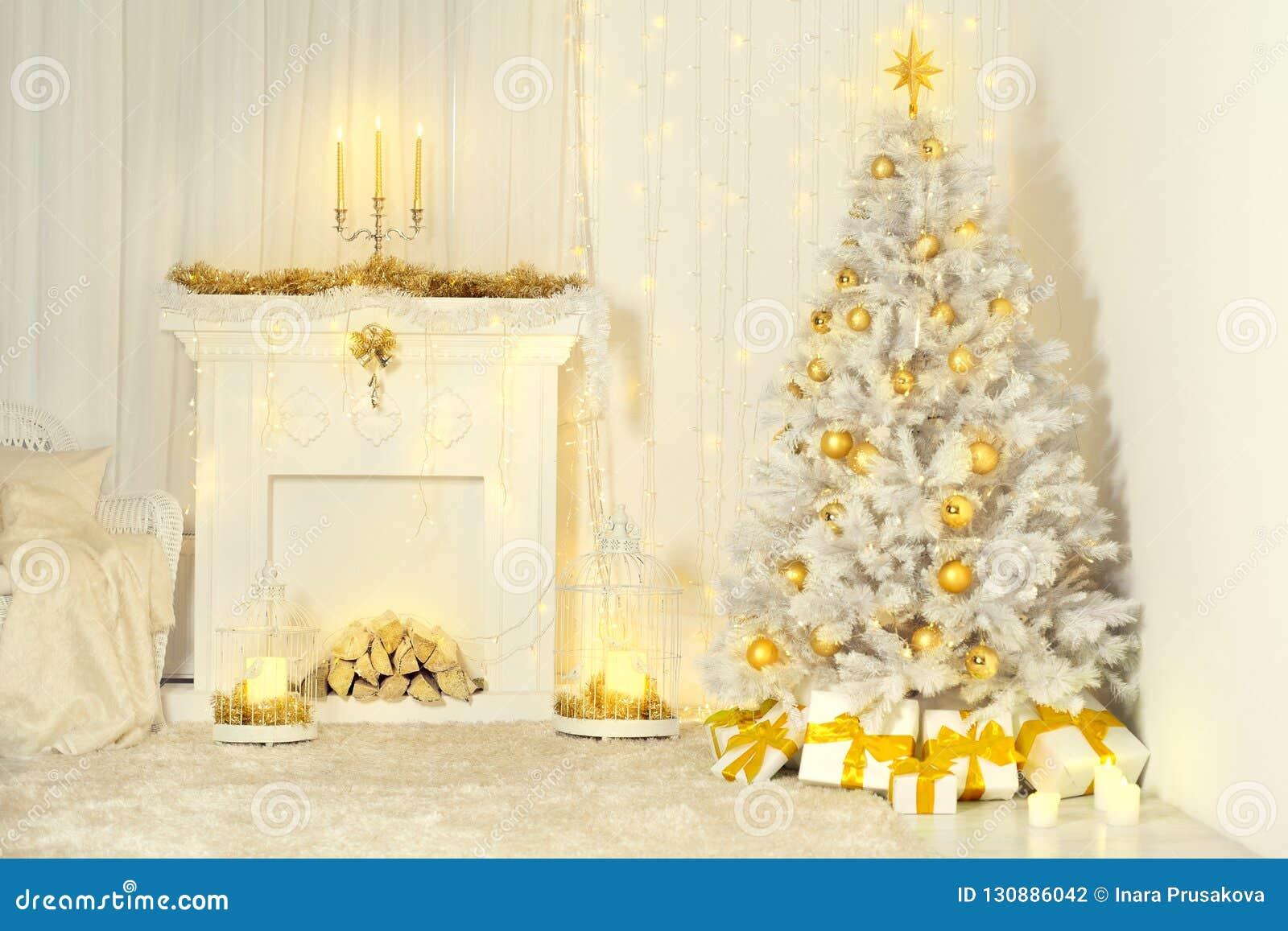 Kerstboom en Open haard, Gouden Kleur Verfraaid Zaal Binnenland