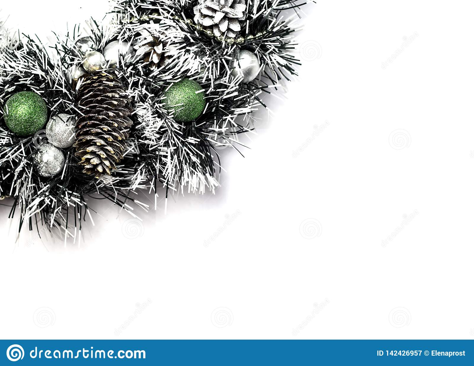 Kerstboom met bal en kegelsdecoratie in kunstmatige sneeuw