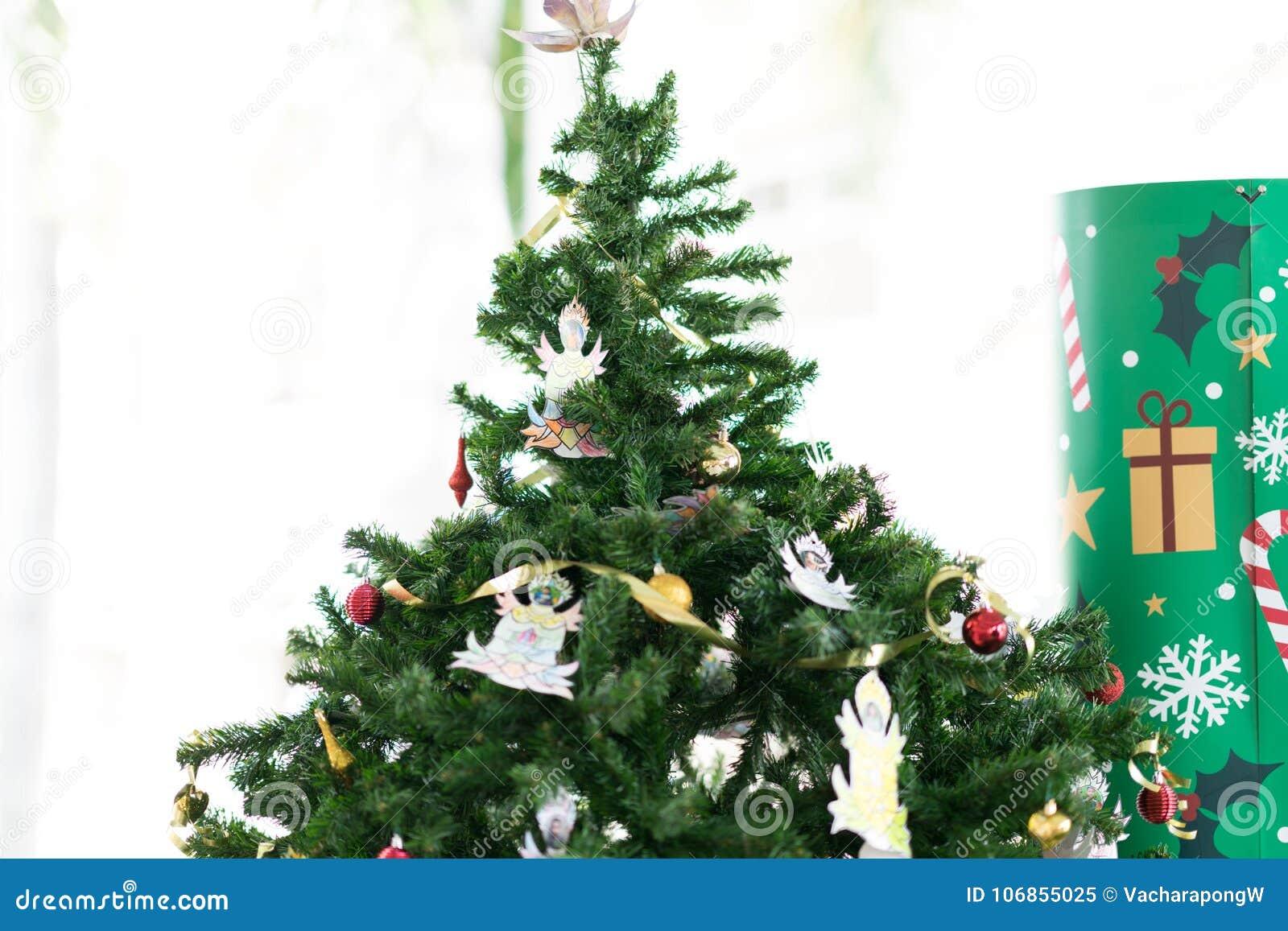 Kerstboom met decoratiematerialen