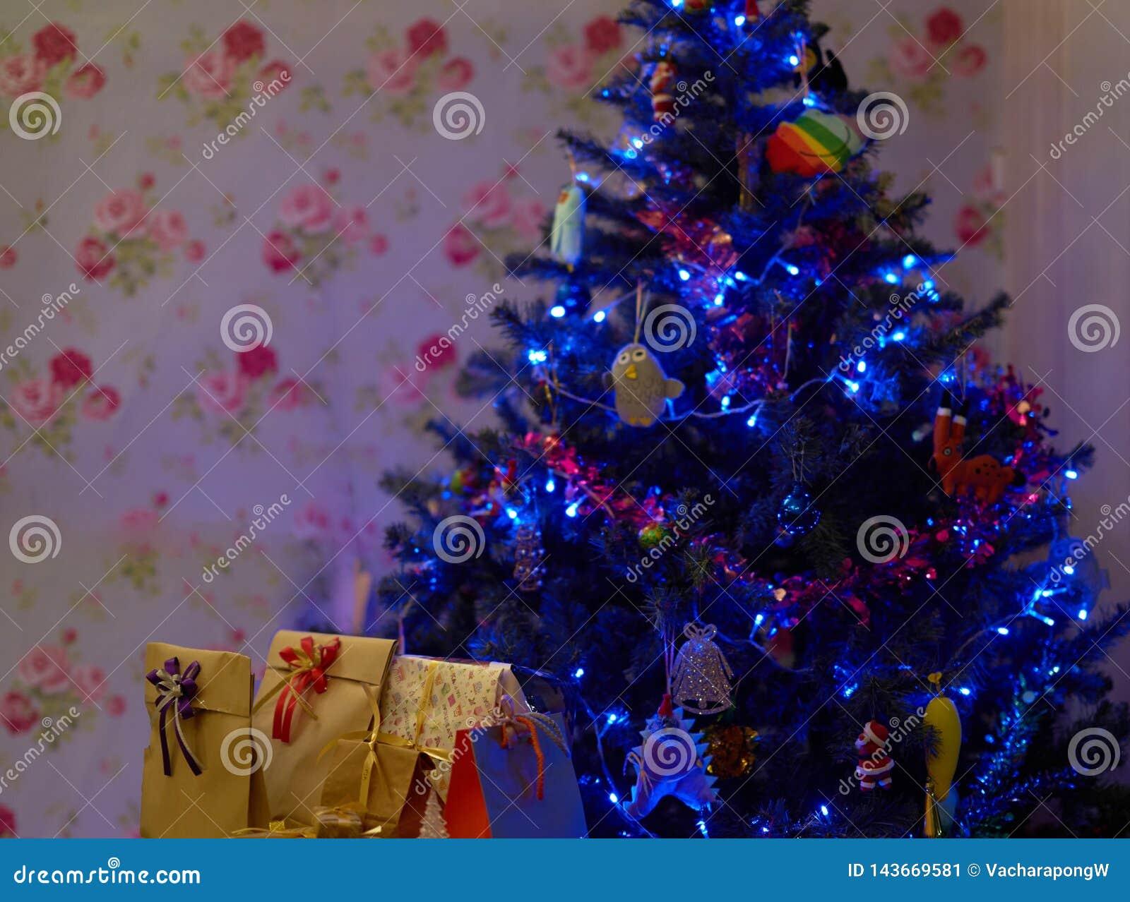 Kerstboom met huidige dozen binnen huis