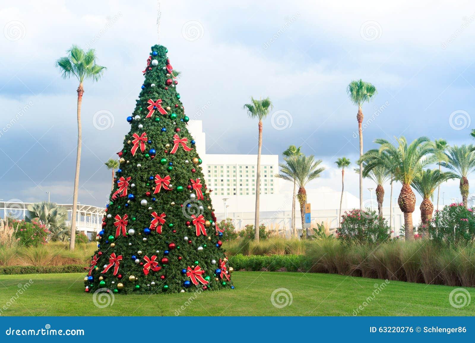 Kerstboom met snuisterijen en palmen in tropisch Florida