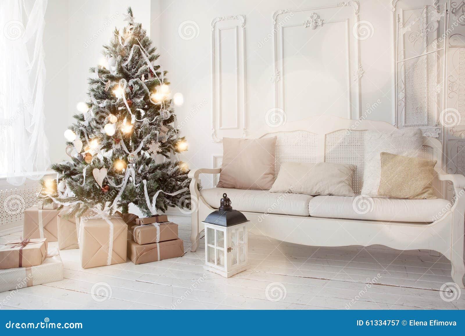 Kerstboom in woonkamer