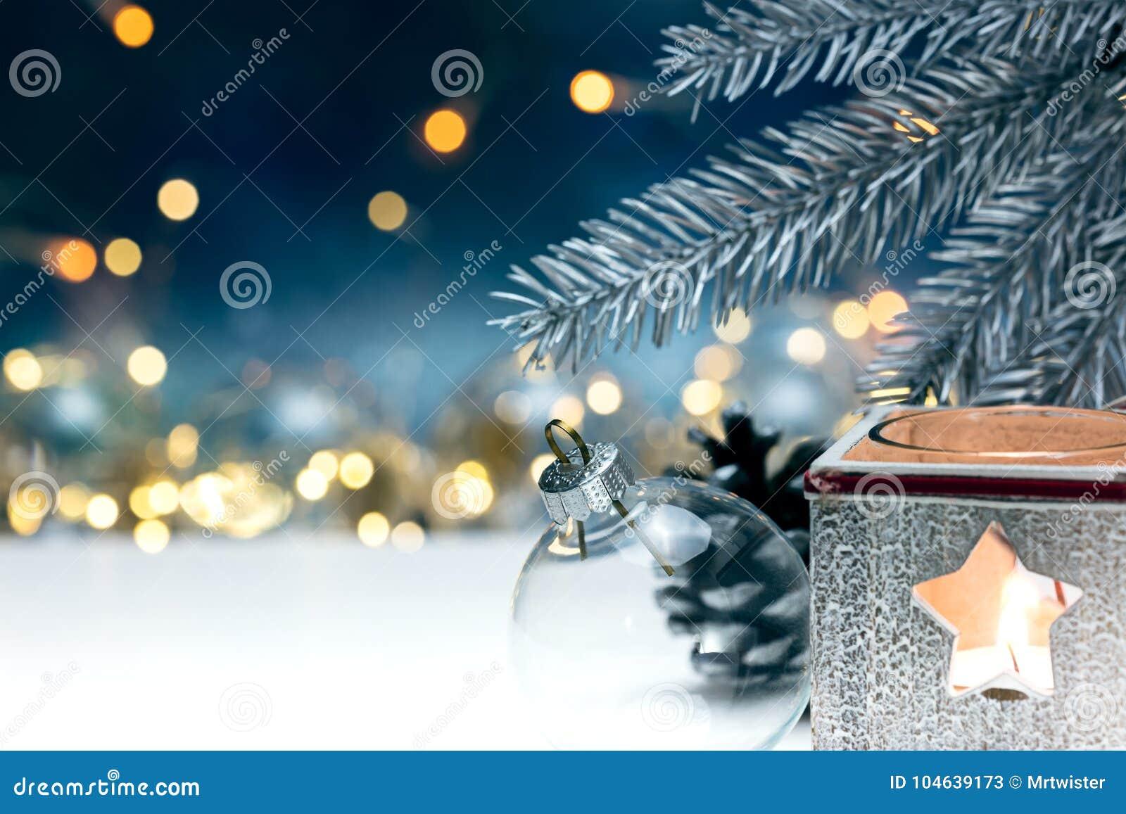 Download Kerstboomdecoratie En Sparrentak Op Vage Slinger Stock Afbeelding - Afbeelding bestaande uit kegel, apparatuur: 104639173