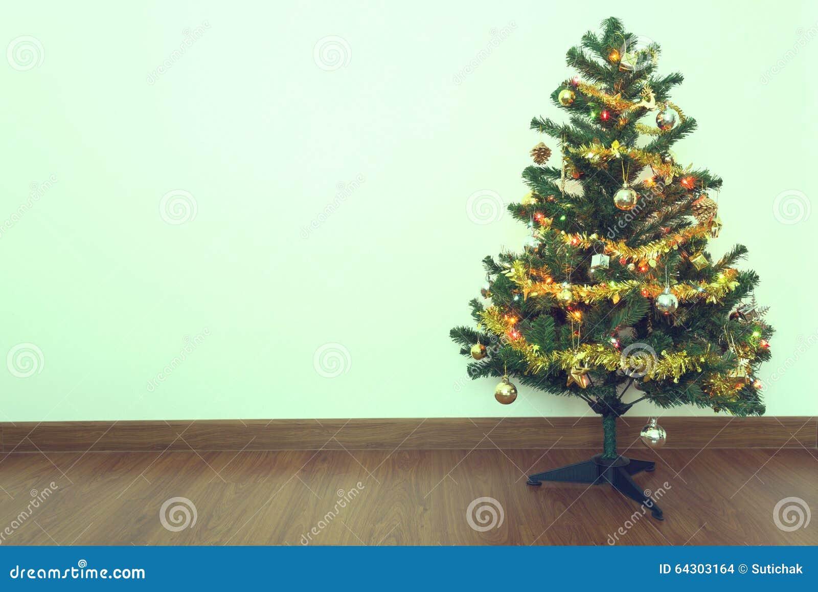 Kerstboomdecoratie in lege ruimte met witte muur stock foto afbeelding 64303164 - Binnenkleuren met witte muur ...