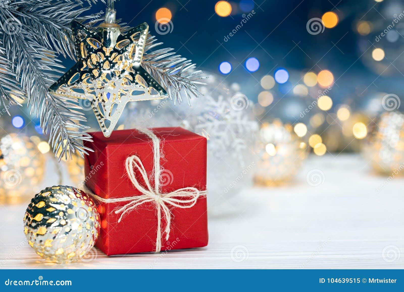 Download Kerstboomdecoratie Op Sparrentak En Giftdoos Opnieuw Stock Afbeelding - Afbeelding bestaande uit feestelijk, gift: 104639515