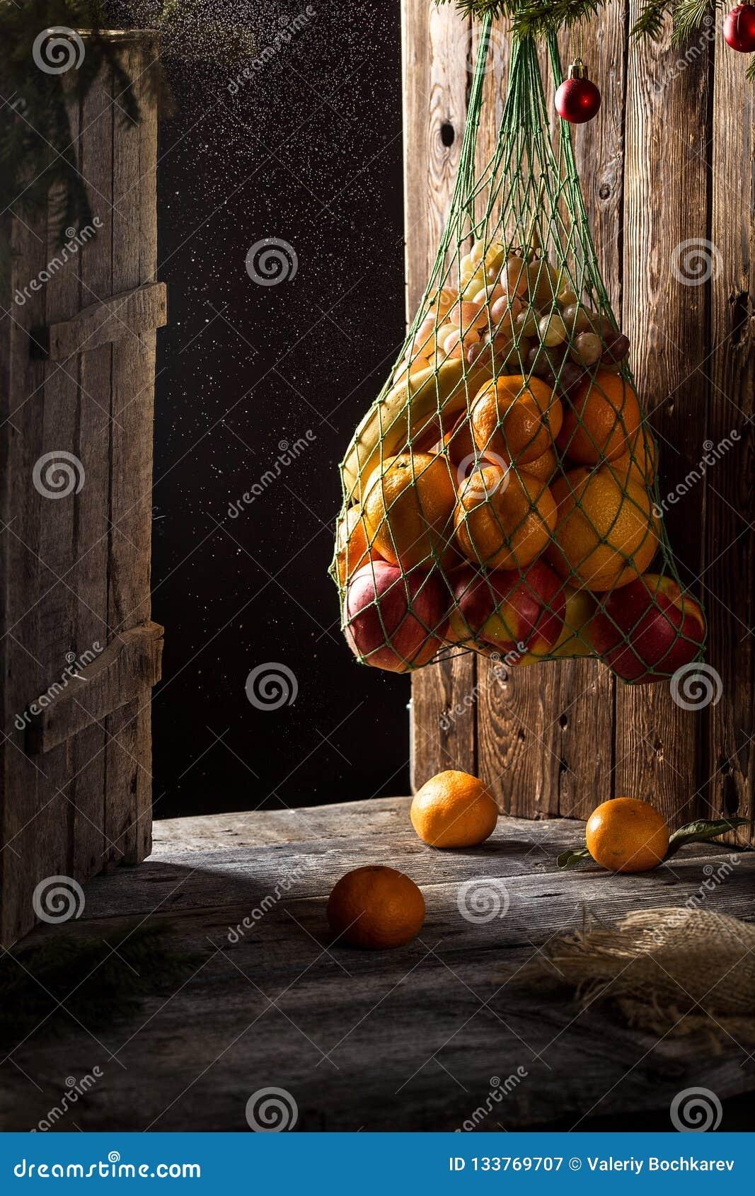 Kerstkaart met fruit appelen, sinaasappelen, mandarijnen, bananen