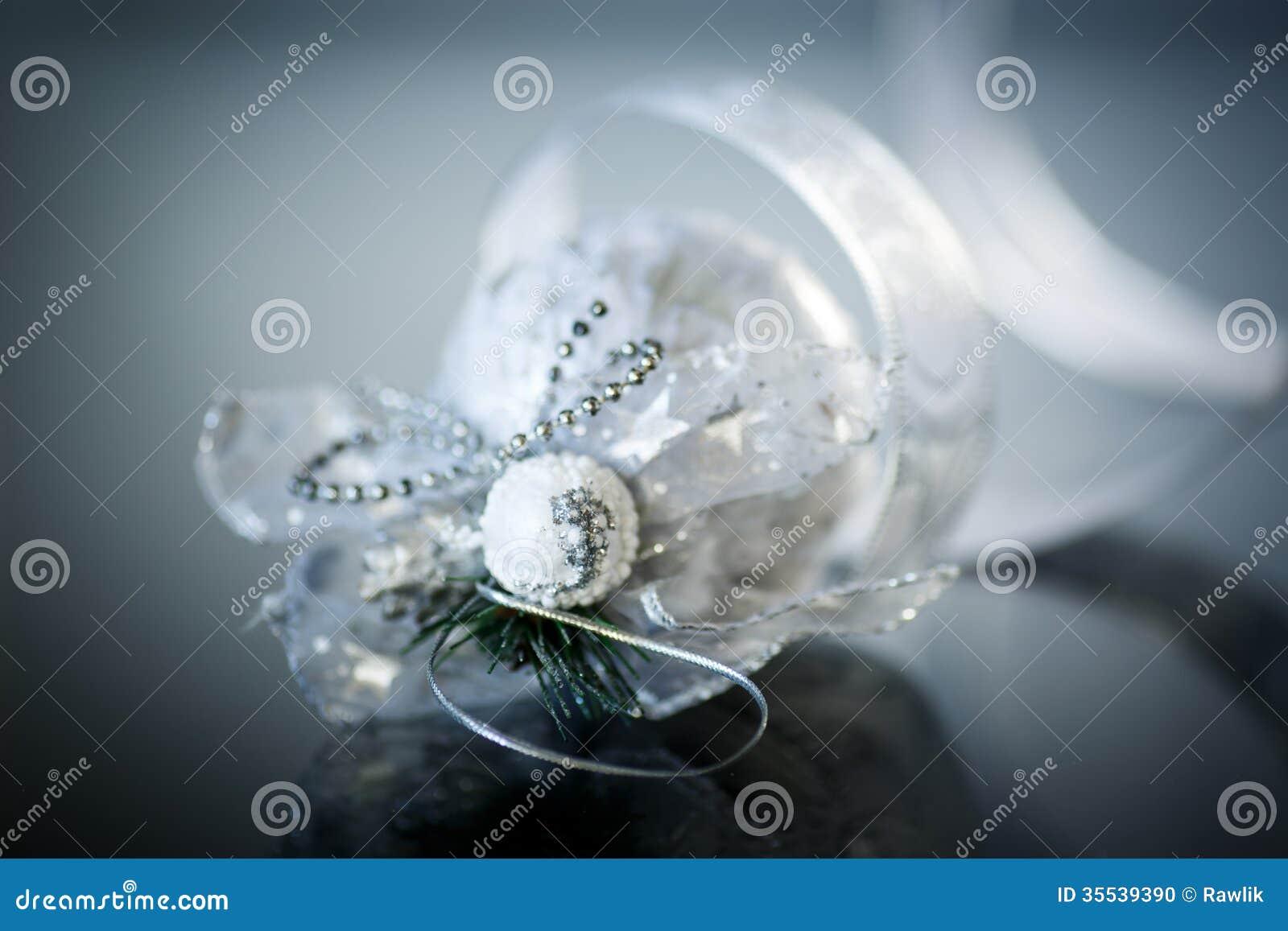 Kerstkaart Met Zilveren Ballen En Lint Stock Foto