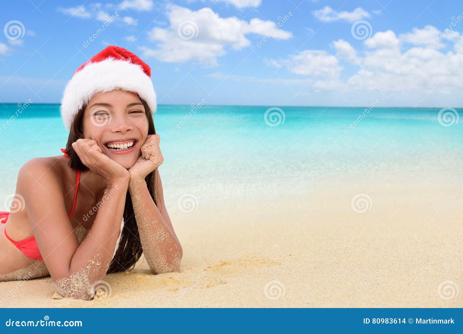 Kerstmis Aziatische vrouw van de kerstmanhoed op tropisch strand