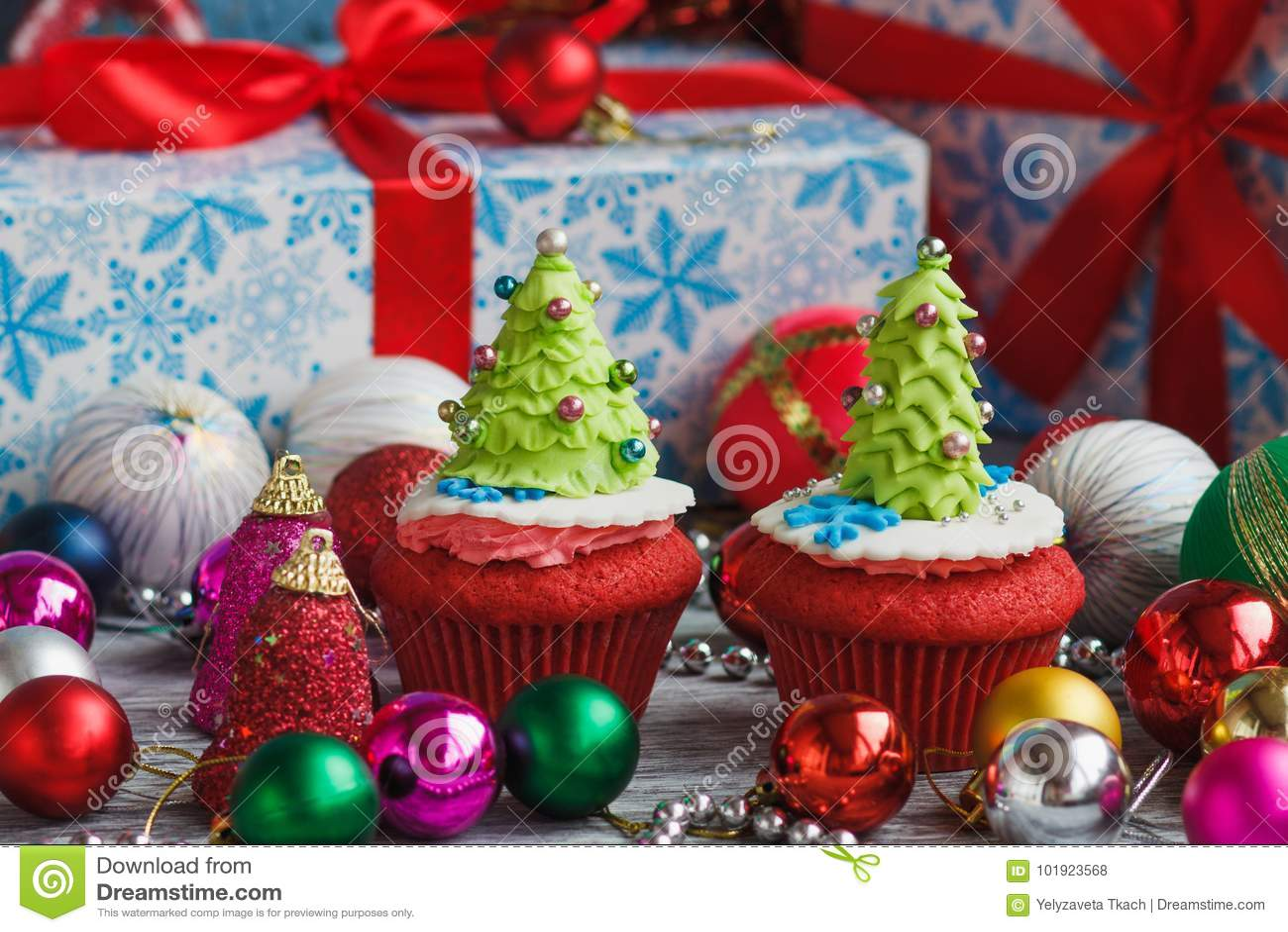 Kerstmis cupcake met gekleurde decoratie stock foto for Decoratie cupcakes