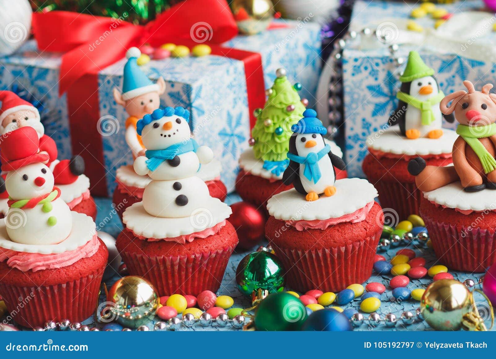Kerstmis cupcakes met gekleurde decoratie stock afbeelding for Decoratie cupcakes