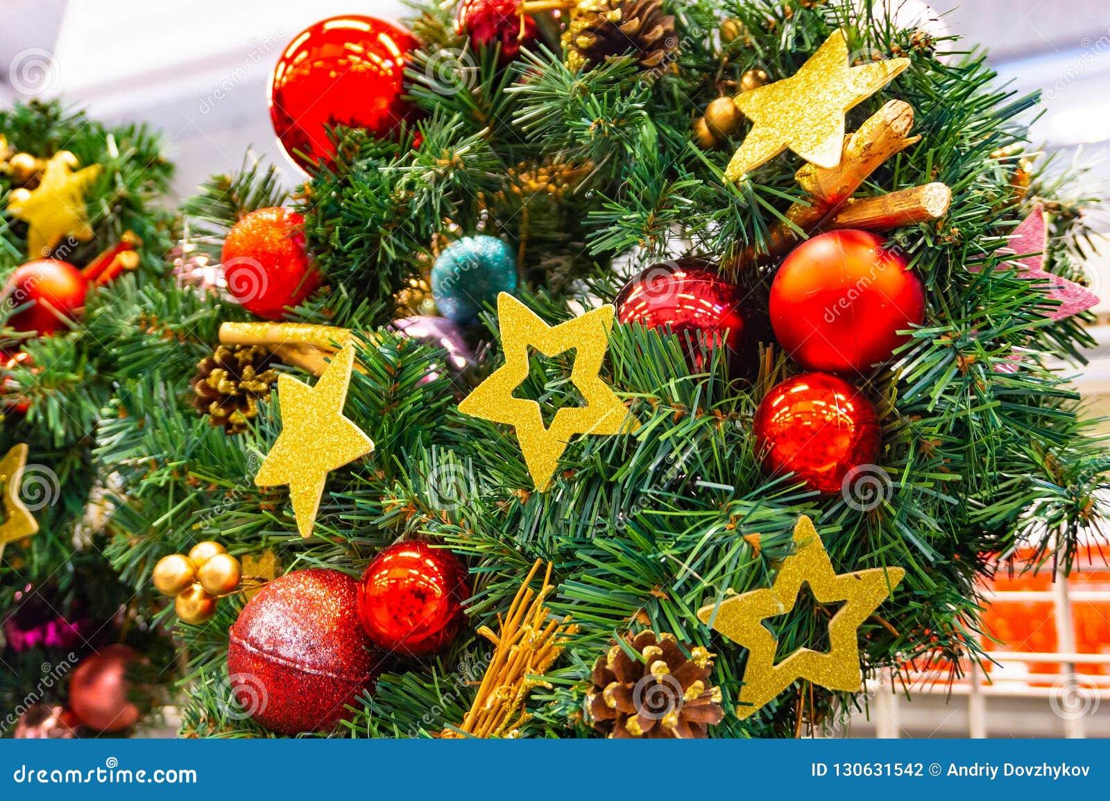 Kerstmis, de kroon van het Nieuwjaar spartakken en bessen, de vakantiedecoratie van het Nieuwjaar