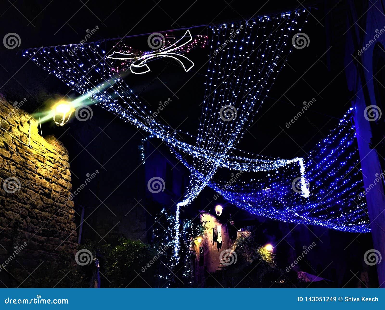 Kerstmis en lichten in de stad van Viterbo, Italië Glans helder als een diamant