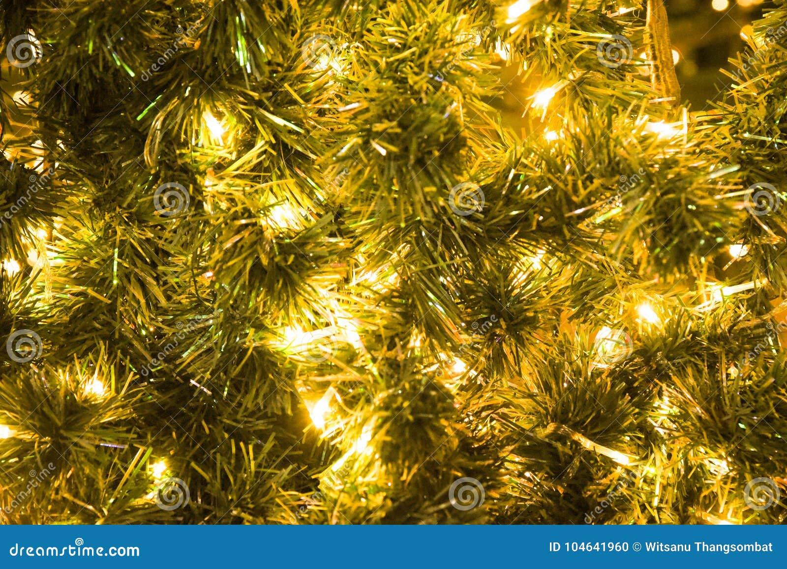 Download Kerstmis Glod Bal Op De Gloeiende Slinger Van De Takkenspar, Kerstmis Of De Nieuwjaar` S Achtergrond Stock Foto - Afbeelding bestaande uit glanzend, bauble: 104641960