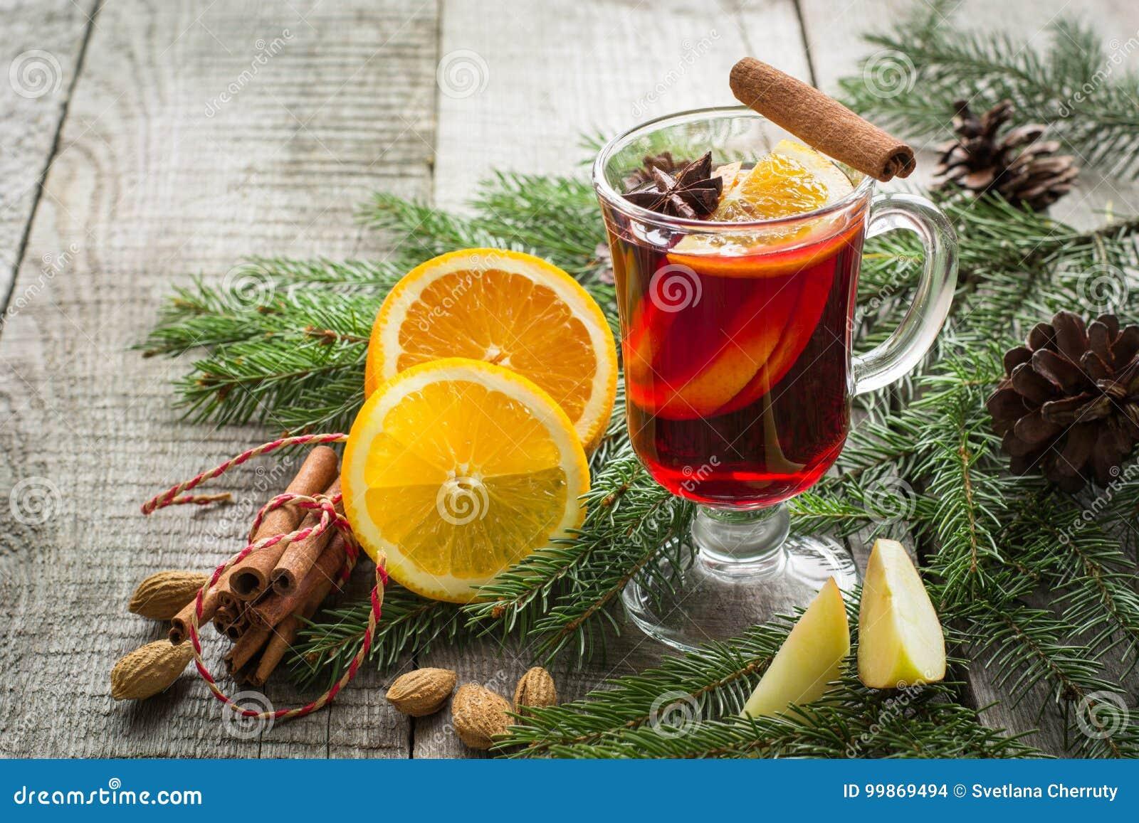 Kerstmis hete overwogen wijn met kaneel, sinaasappel en Kerstmisboom aan boord De drank van de de wintertraditie