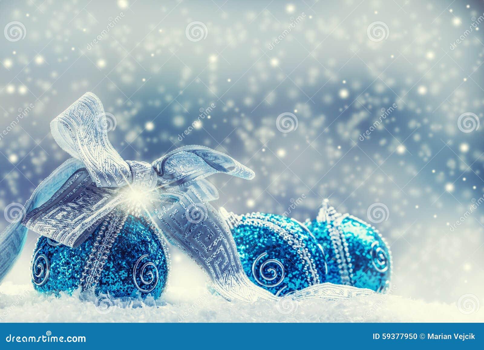 Kerstmis Kerstmis blauwe ballen en zilveren lintsneeuw en ruimte abstracte achtergrond