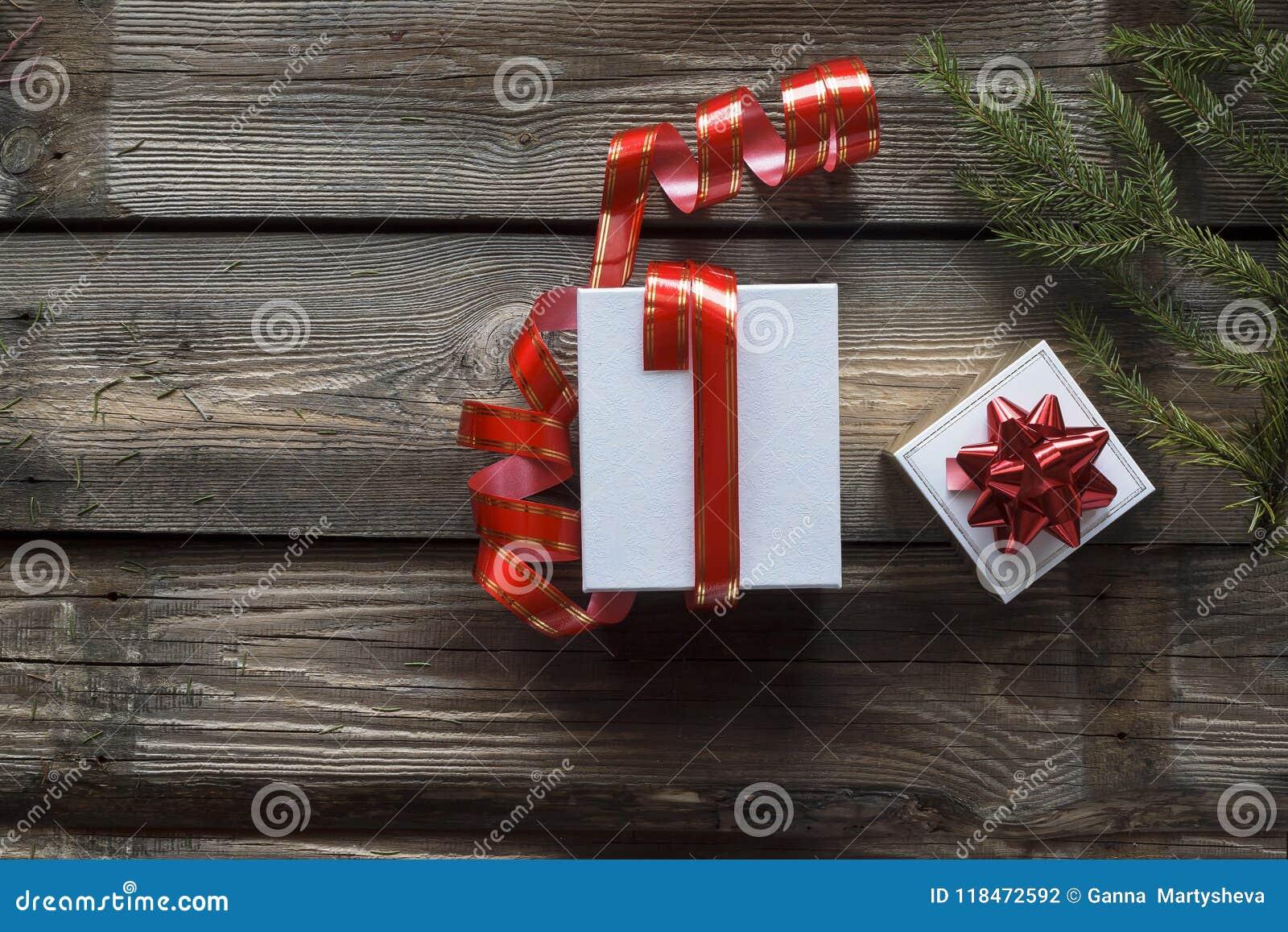 Kerstmis, Nieuwjaar wit, giftvakje, rood lint, houten achtergrond, hoogste mening, Wijnoogst, ruimte voor tekst Online levering