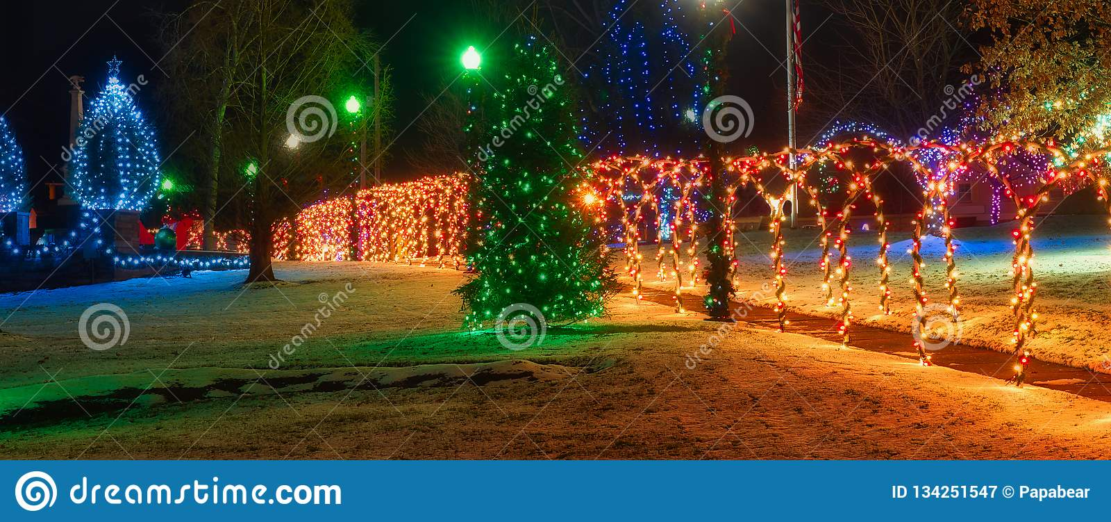 Kerstmis op het vierkant met aangestoken bogen