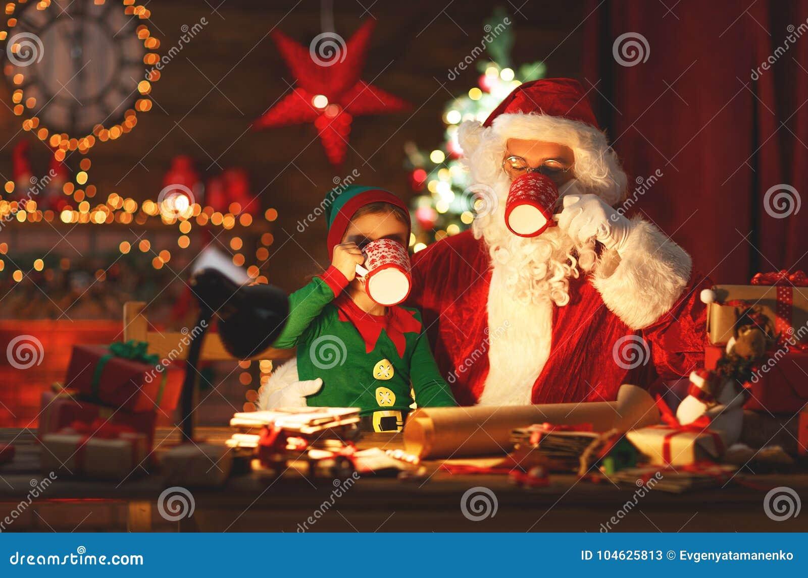 Download Kerstmis Santa Claus Met Elf Drinkt Melk En Eet Koekjes Stock Afbeelding - Afbeelding bestaande uit vrolijk, magisch: 104625813