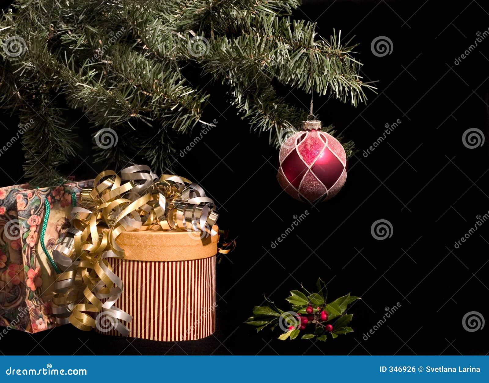 Kerstmis stelt onder boom met hulst voor