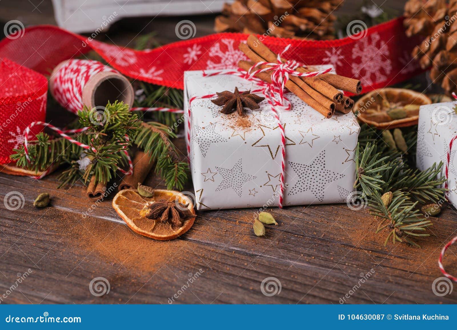 Download Kerstmisachtergrond Met Decoratie En Giftdozen Stock Afbeelding - Afbeelding bestaande uit kerstmis, huis: 104630087