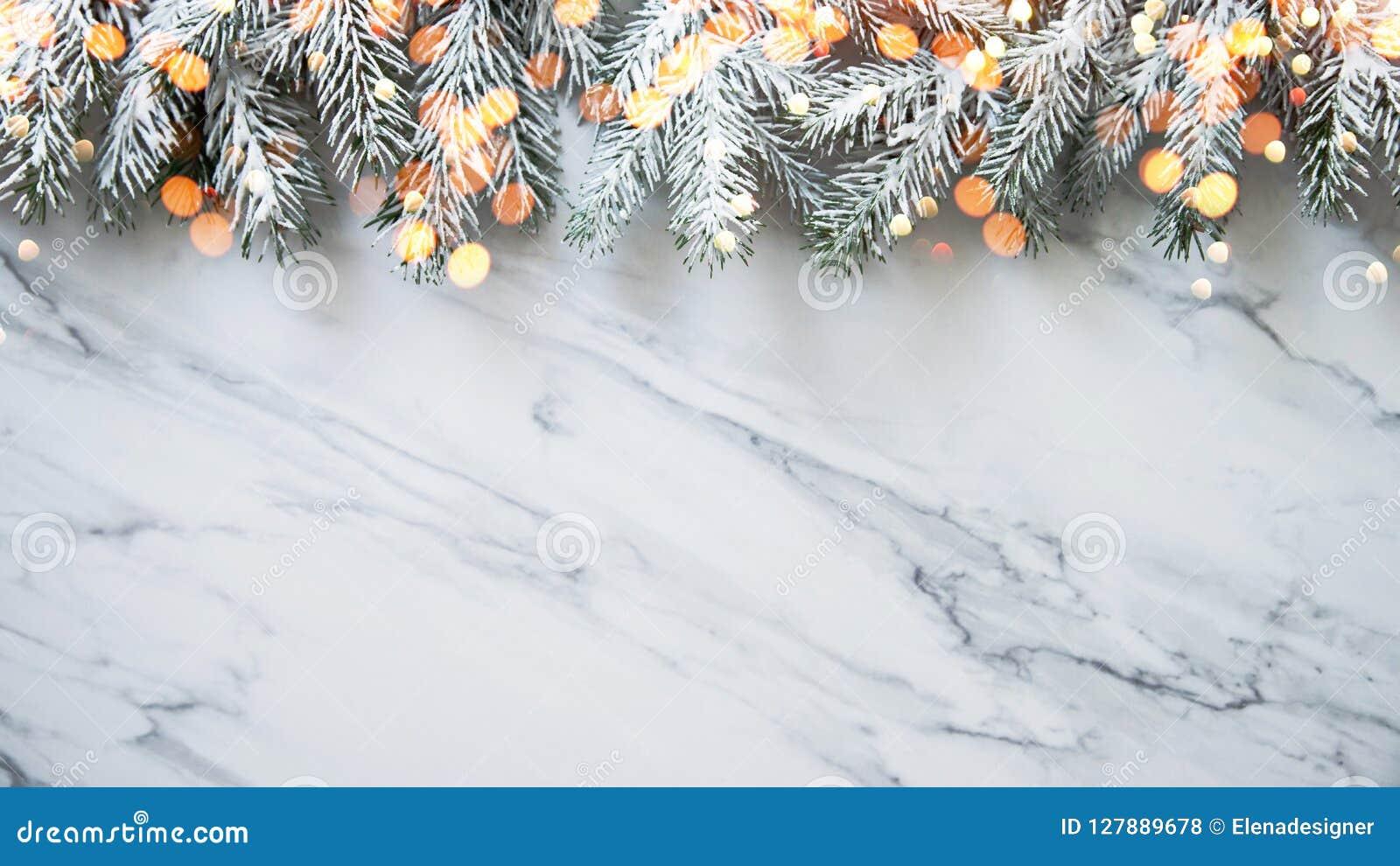 Kerstmisachtergrond met Kerstmisboom op witte marmeren achtergrond De vrolijke kaart van de Kerstmisgroet, kader, banner Het them
