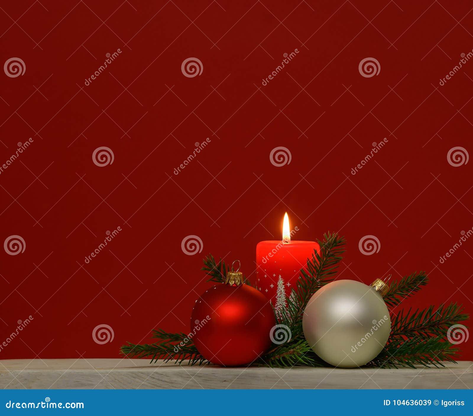 Download Kerstmisachtergrond Met Rode Brandende Kaars Stock Afbeelding - Afbeelding bestaande uit exemplaar, vlam: 104636039