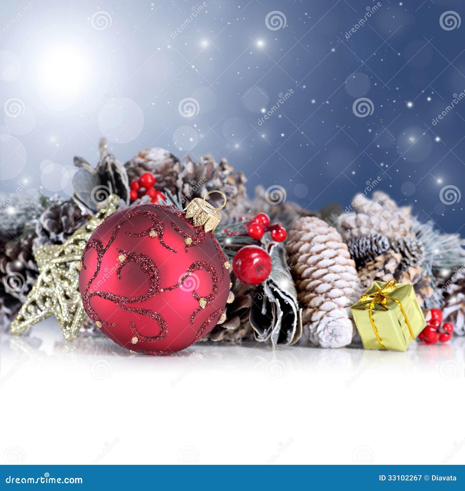 Kerstmisachtergrond met rode ornament, slinger en sneeuwvlokken