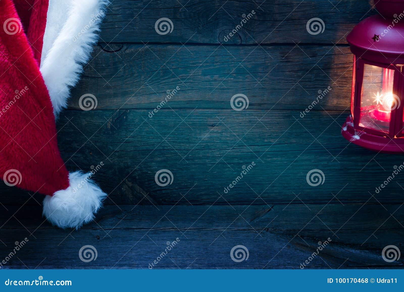Kerstmisachtergrond met Santa Claus-hoed op uitstekende raad