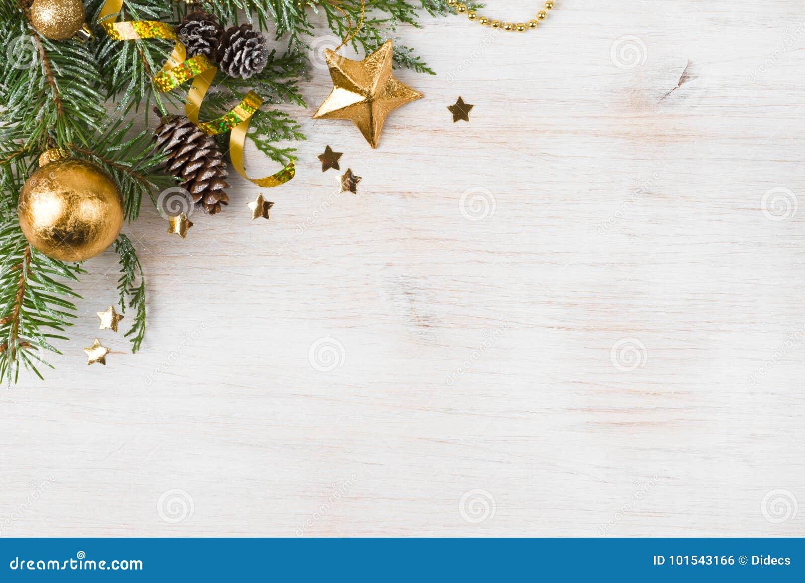 Kerstmisachtergrond met verfraaide spar, exemplaarruimte aan kant