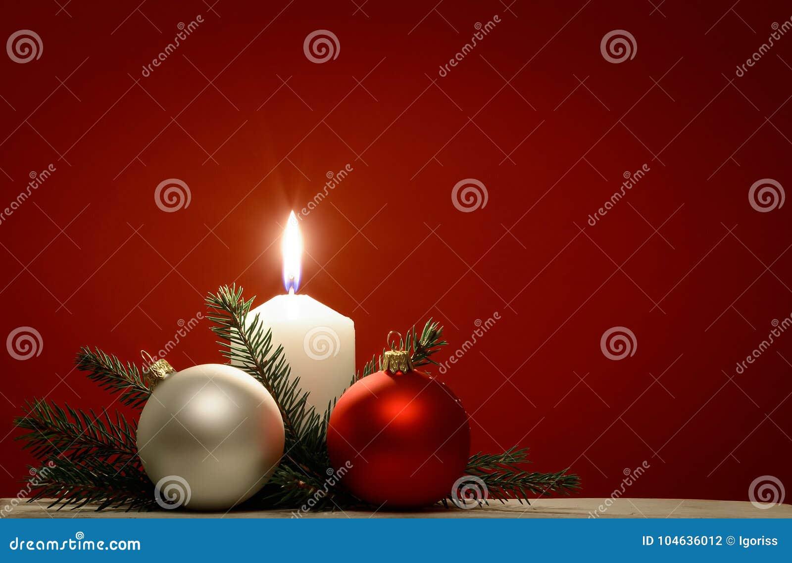 Download Kerstmisachtergrond Met Witte Brandende Kaars Stock Foto - Afbeelding bestaande uit vakantie, decoratie: 104636012