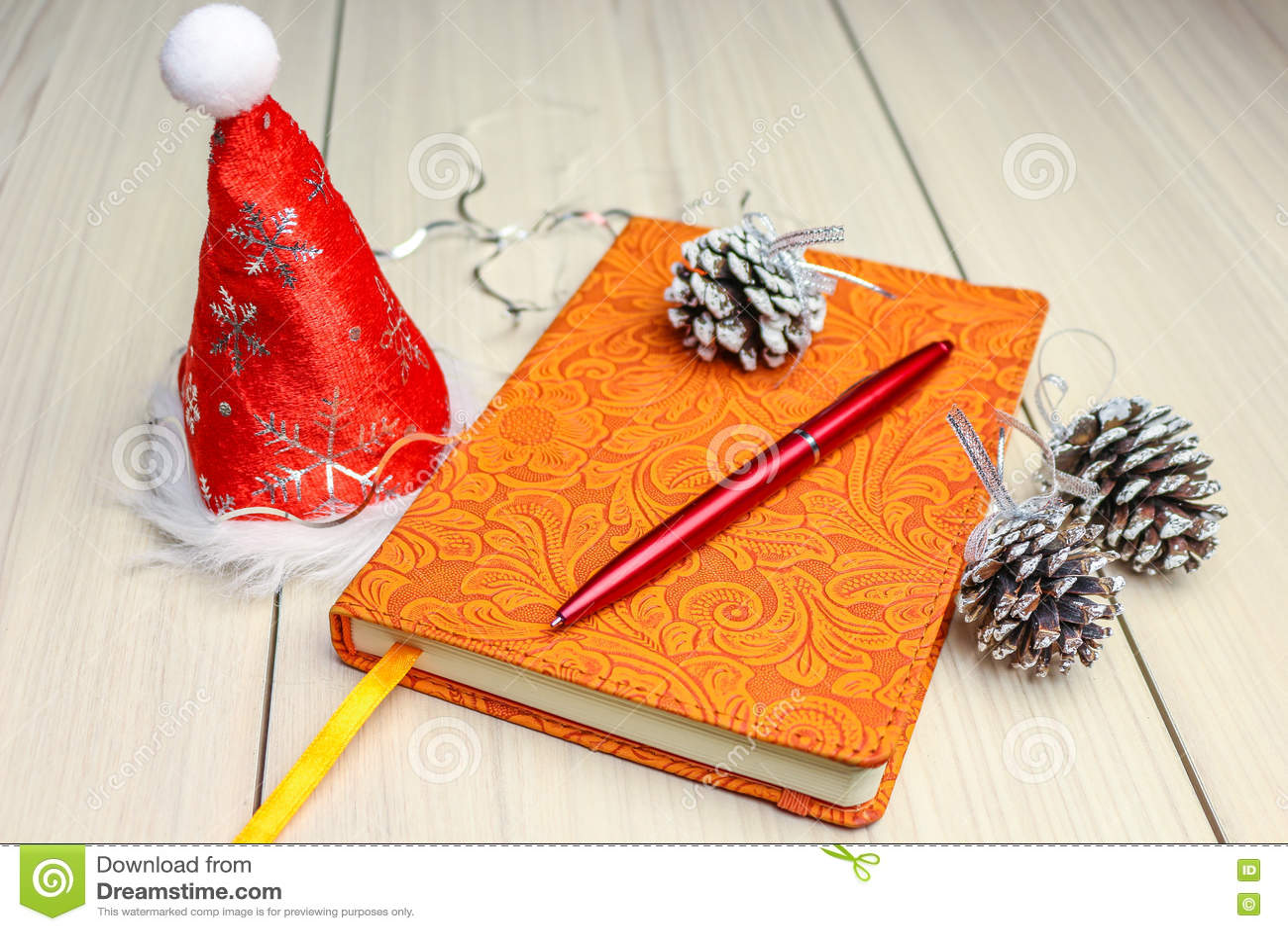 Kerstmisachtergrond op houten lijst met copyspace Hoogste mening van de denneappel en de sneeuwvlok van de Kerstmisboom het zilve