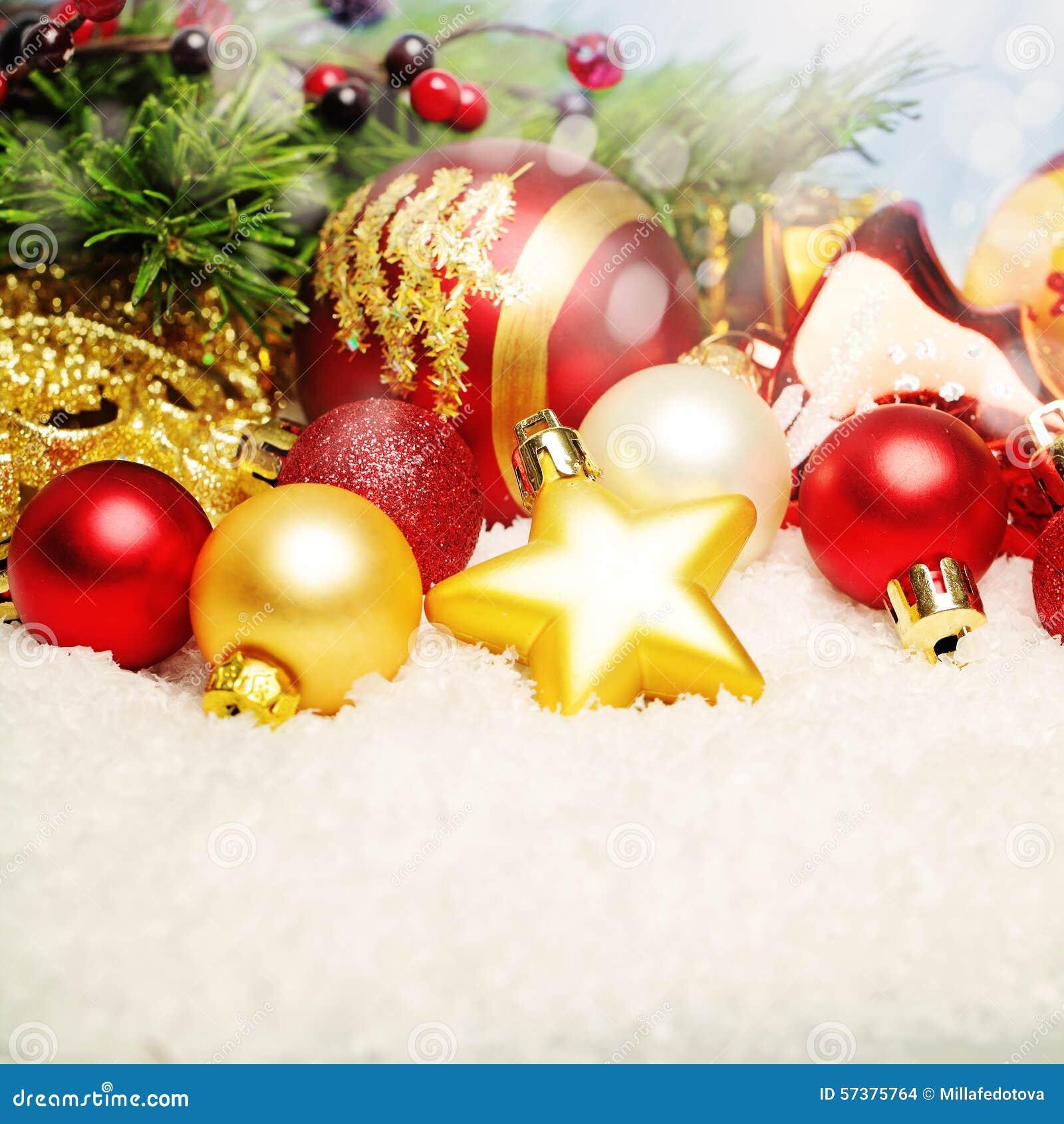 Kerstmisdecor op Witte Sneeuw De heldere Achtergrond van de Kerstmiskaart
