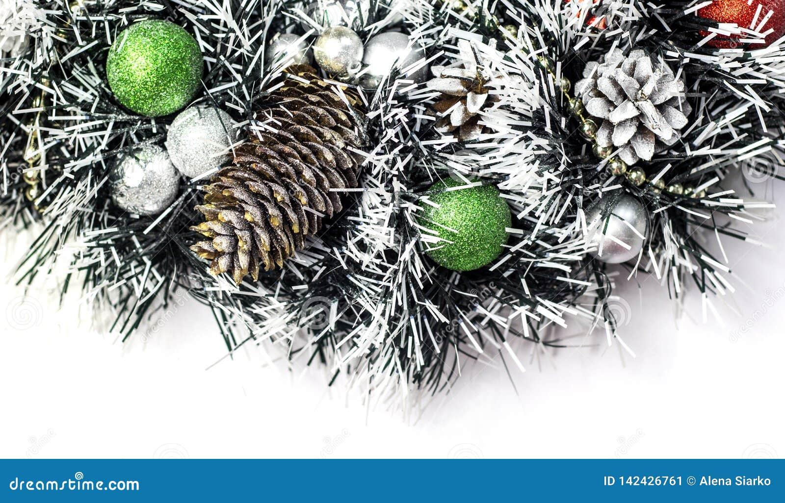 Kerstmisdecoratie met denneappels en ballen