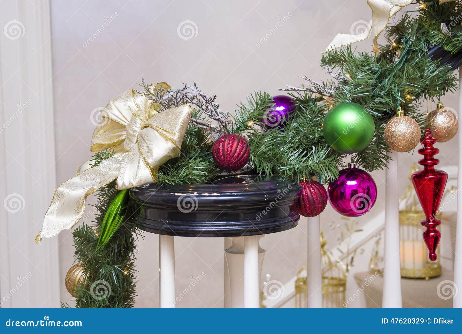Kerstmisdecoratie op een trap stock afbeelding afbeelding