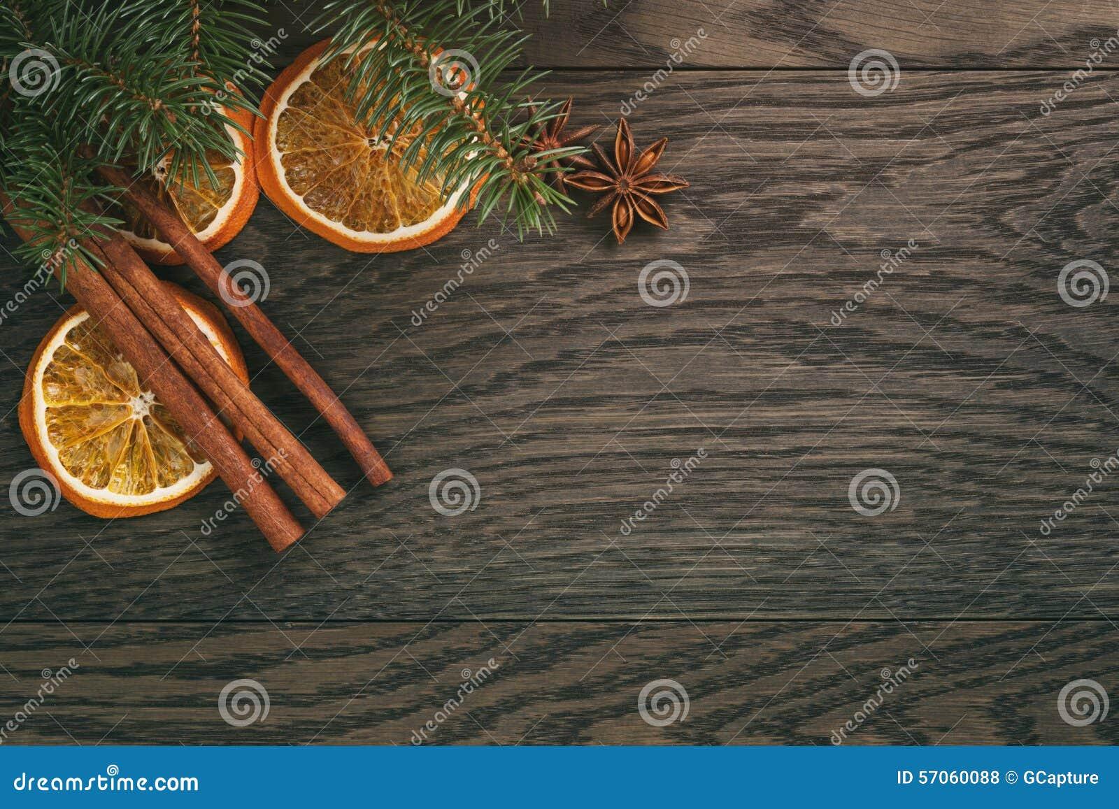 Kerstmisdecoratie op oude eiken lijst, plattelander